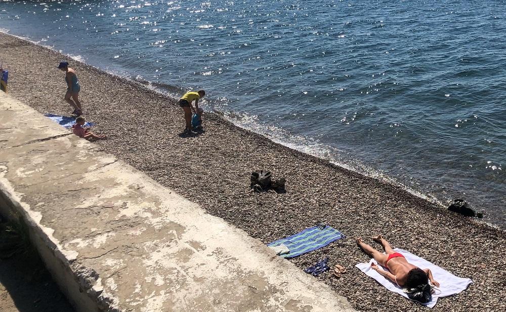Bikini-girl on Baikal Lake pebble beach - 20180818 HH