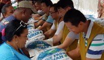 Tzu Chi donates 500 bags of rice (7)