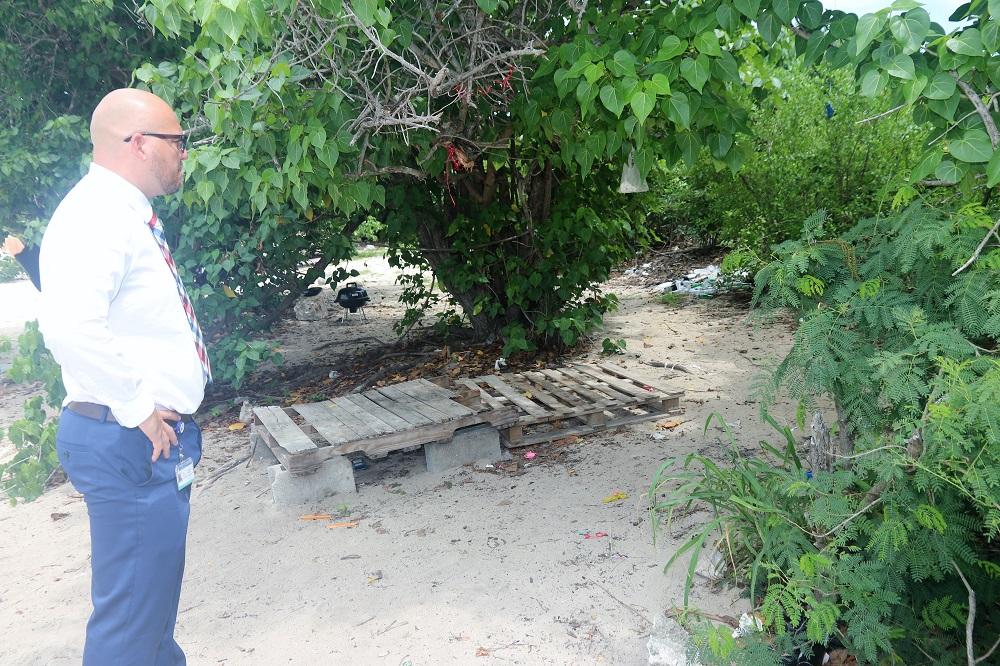 Min VROMI Chris Wever inspects Mullet Bay beach - 20190904 1