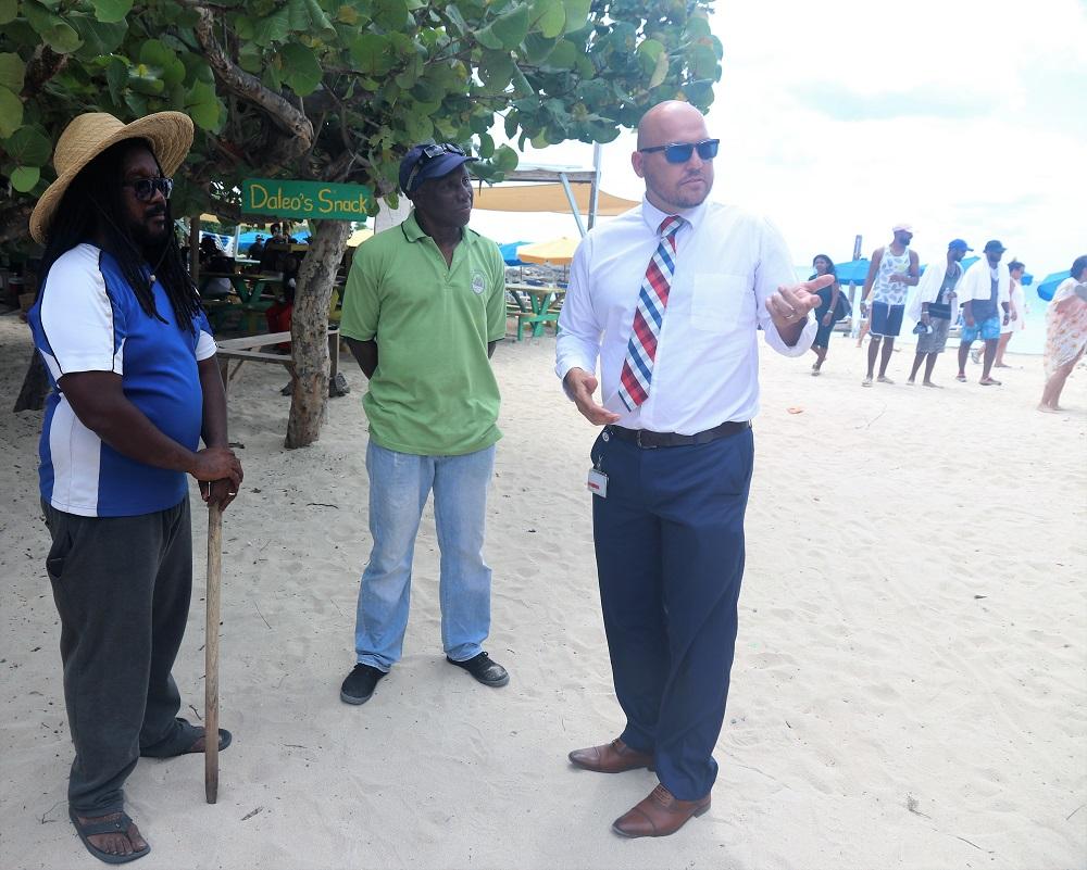 Min VROMI Chris Wever visits Mullet Bay beach - 20190904 4